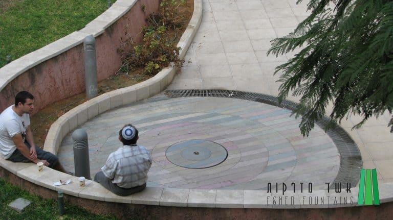 גן-בחזית-בנין-חקר-המח123